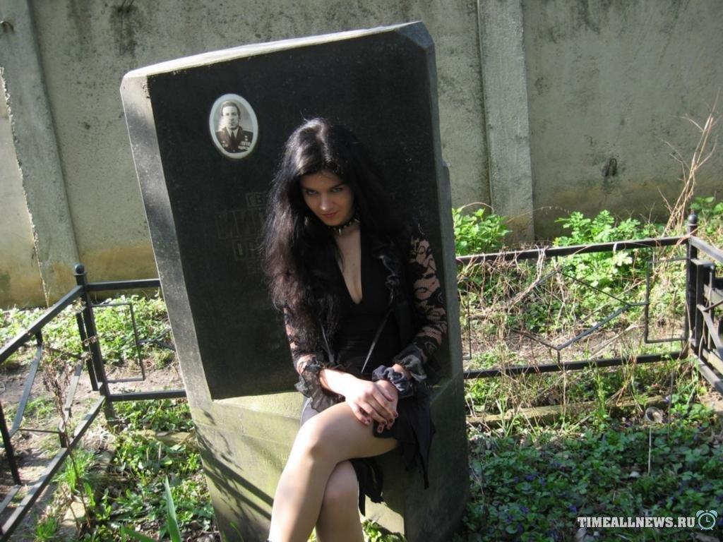 Порносессия на кладбище
