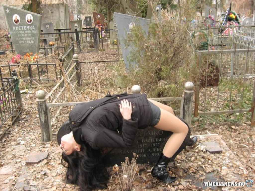 зачем при привороте на кладбище затягиваю черной тряпкой фото умерших