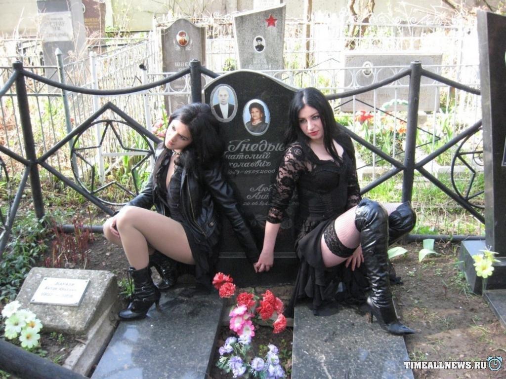 Мастурбирует на кладбище фото 49-568