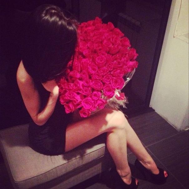 фото девушки брюнетки со спины с цветами на аву
