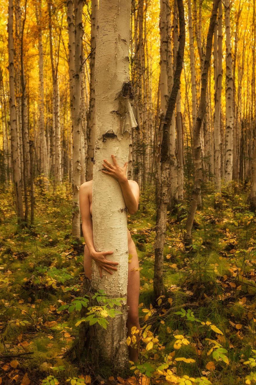 Голая девушка позирует в лесу 142