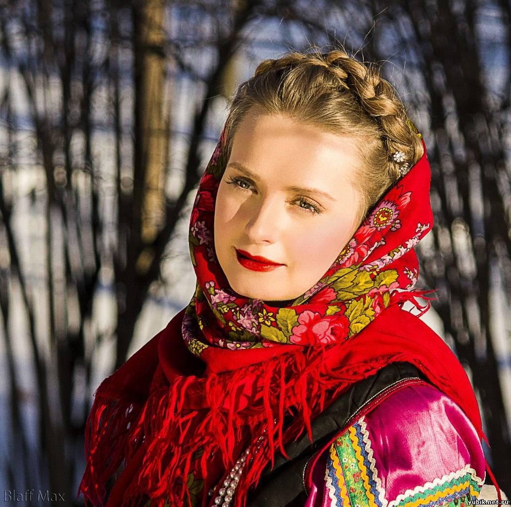 Настоящая русская красавица в лесу