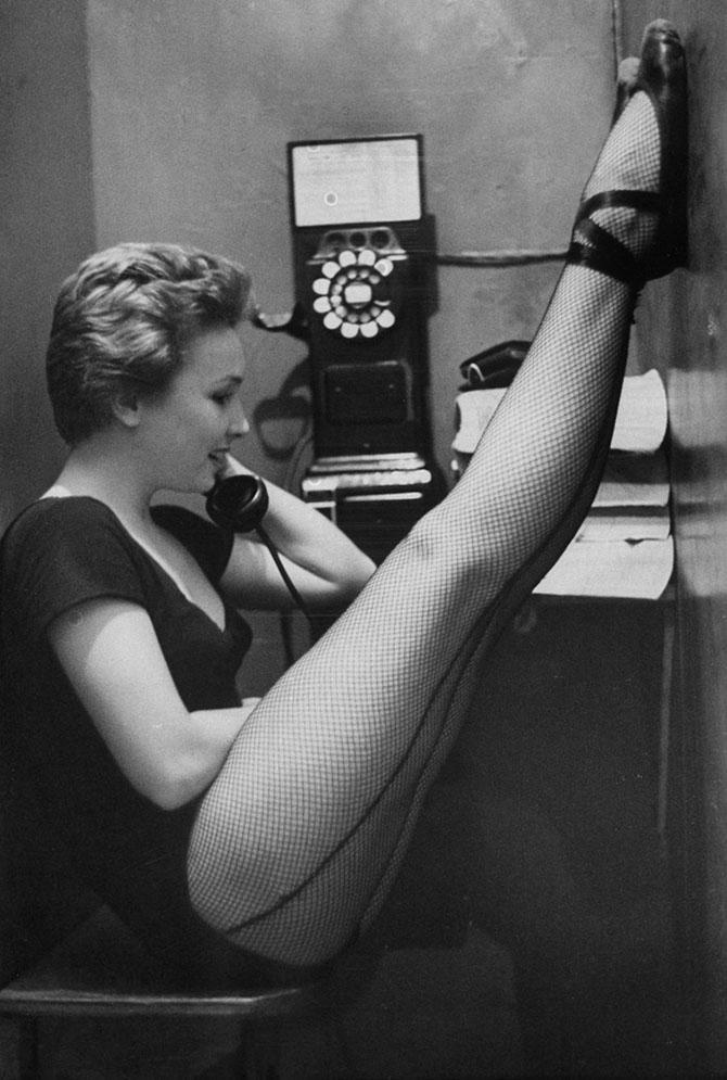 в телефонной будке стоят две проститутки-ща2