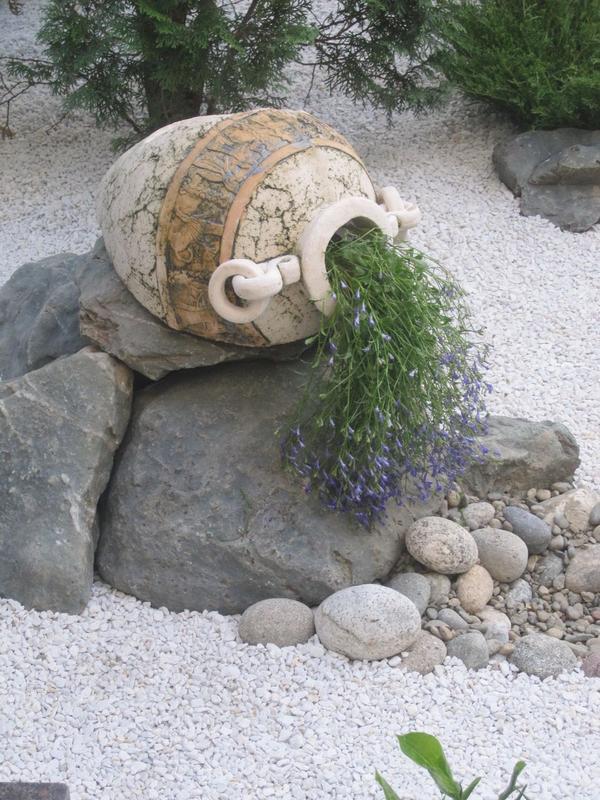 Сухой ручей из камней на даче
