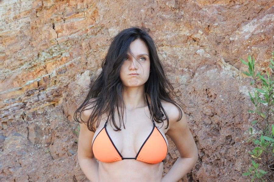 Как женщины снимают купальник 8